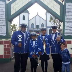 Harding whanau at front of temple, Ratana Pa
